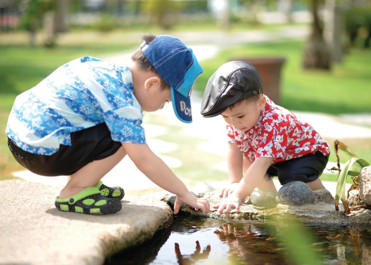 Kinderen spelen overal. De formele speelruimte functioneert als ontmoetingsruimte.